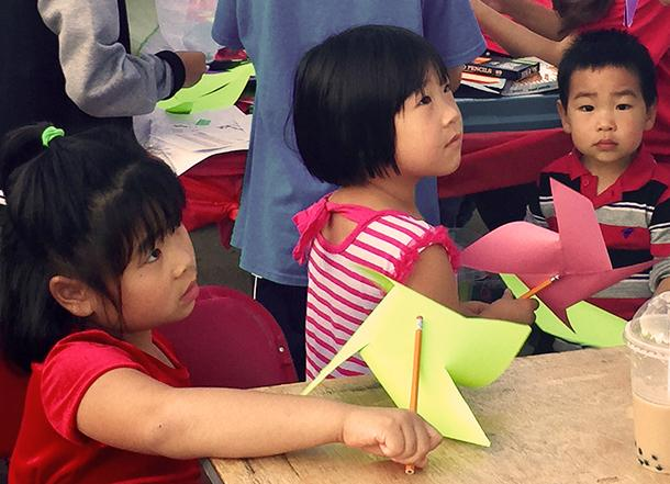 Children+with+pinwheels+made+at+one+of+many+craft+booths+at+the+Chinese+Festival.+%3Cem%3EPhoto+by+Olivia+Lewis%3C%2Fem%3E%3Cbr%3E